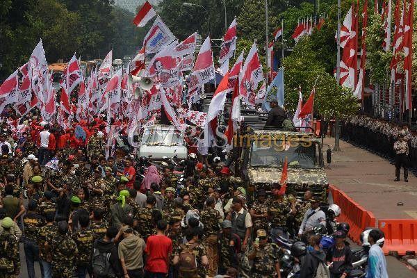 Para simpatisan dan pendukung pasangan Prabowo Subianto-Hatta Rajasa berunjuk rasa di depan Gedung Mahkamah Konstitusi (MK), Jalan Merdeka Barat, Jakarta, Rabu (20/8/2014). Rencananya, jalan tersebut akan ditutup terkait pembacaan putusan sidang sengketa Pilpres 2014 pada Kamis esok hari.