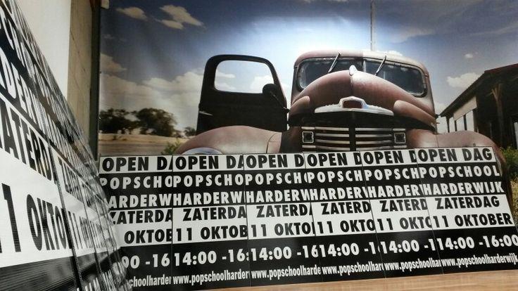 Plakken van de borden voor Popschool Harderwijk