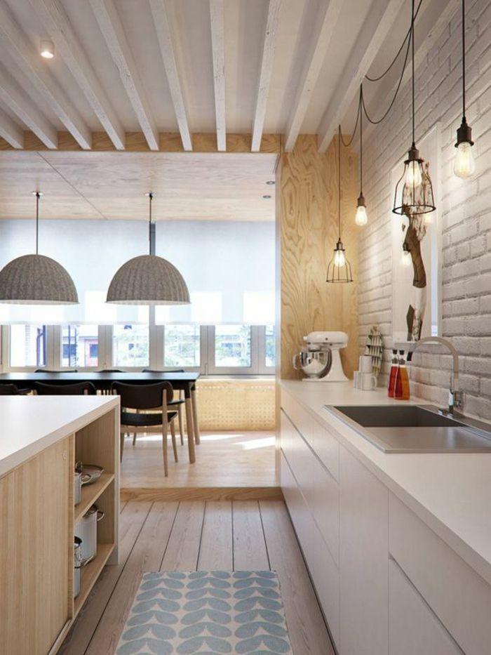 petite cuisine ouverte avec sol en bois clair et meubles scandinaves