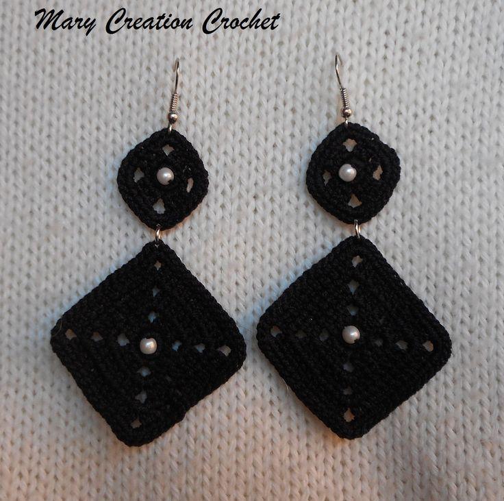Orecchini pendenti all'uncinetto formati da due rombi realizzati in cotone nero e arricchiti con perline bianche di MaryCreationCrochet su Etsy