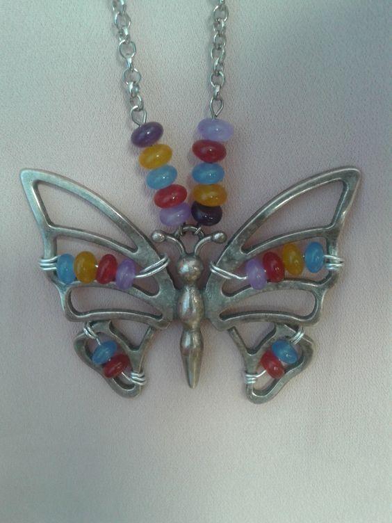 mariposa de metal y unos jades de colores