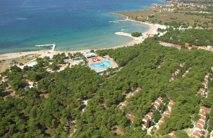 Wil je eens nieuw gebied ontdekken in Kroatië, maar wel luxe kamperen op een glamping? Aan de Adriatische kust, direct aan zee, ligt Zaton Holiday Resort op je te wachten!