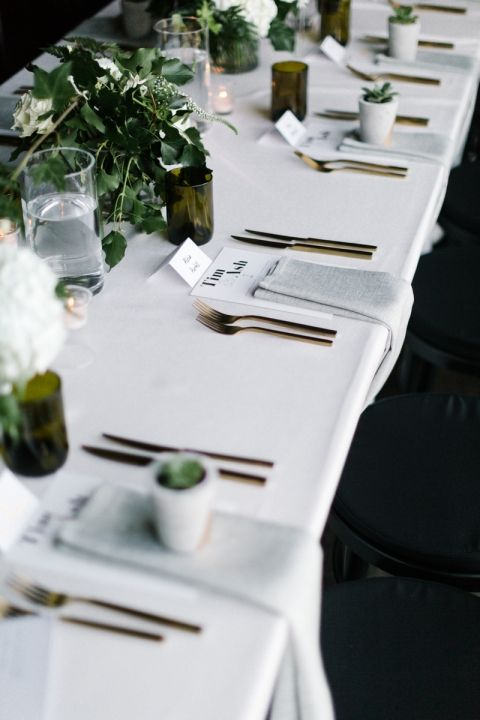 I love the grey napkins on the white table cloth. I also like how the napkins are placed on the table. In general I enjoy the mood set by the colours: gold, grey, white and green