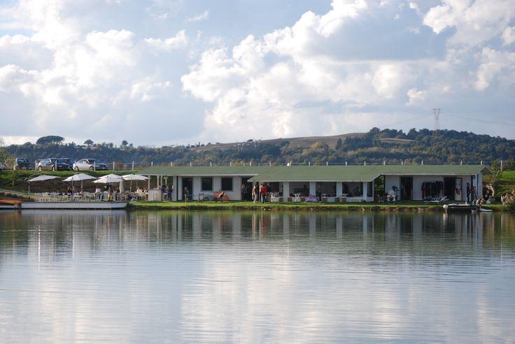 La struttura del Circolo sportivo, vista dal lago
