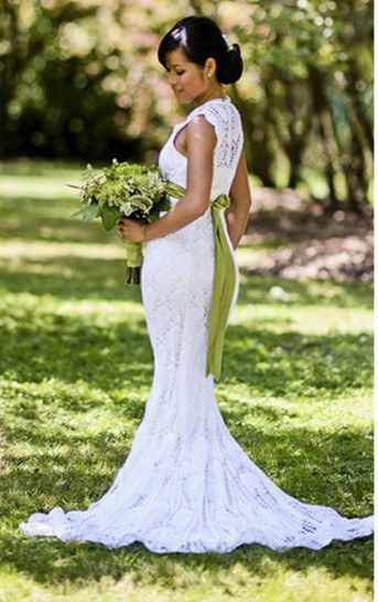 This Woman Made An Amazing Wedding Dress For $30. The average cost of a wedding dress in the U.S. is over $1,200, but that didn't stop this woman from making the dress of her dreams for way less—all while on her commute to work. The bride says she used 1.5 skeins of Aunt Lydia's crochet thread (which she got on sale) and the popular pineapple pattern to make the entire thing.