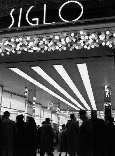 """Francesc Català-Roca / """"Vestíbulo de la tienda, Barcelona"""", ca. 1950"""
