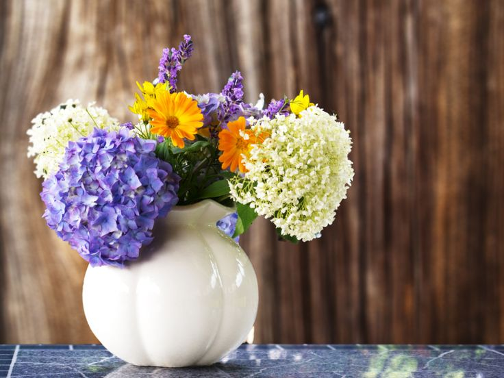 Summer Flower Centerpiece! Simple, pops of color and easy DIY.