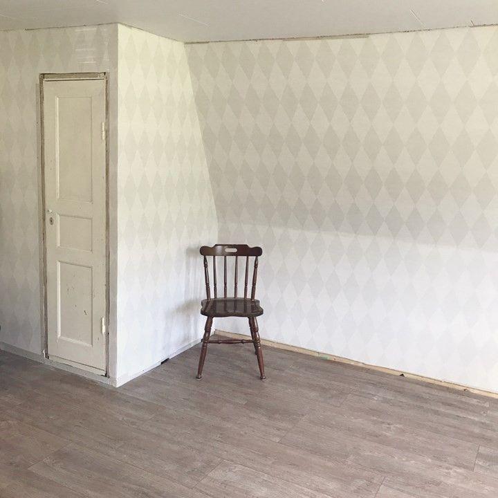 Implatsbygd garderob under snedtak, där sängen ska vara (mysigt och inbobat)