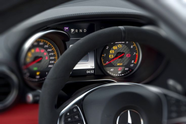 Mätartavlor med orangea inslag (AMG GT S) hälsar snyggt till forna Mercedes.