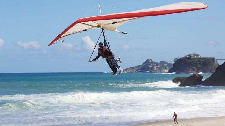 Regardez les deltaplanes atterrir sur la plage de sable isolée de São Conrado, également connue sous... - Ben Lewis/Alamy