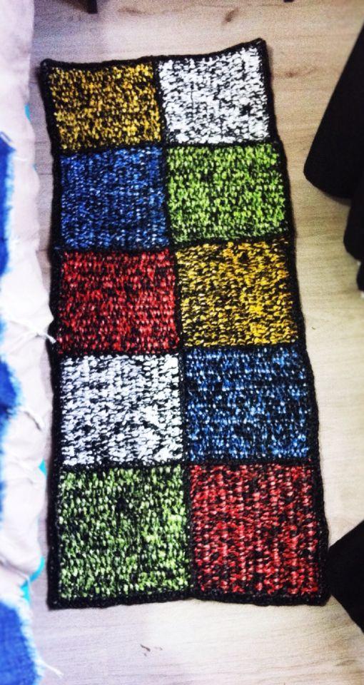 Bajada de cama tejida de bolsas plasticas, ideal para dormitorios de alérgicos y niños ya que no generan acaros y se pueden lavar con cloro sin desteñir colores