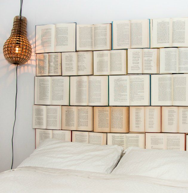 Anderledes sengegavl og hovedgærde lavet af gamle bøger
