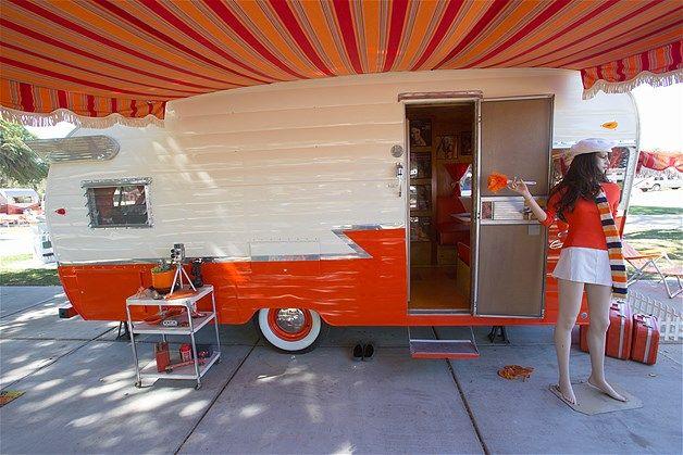 Parte de fora de um trailer Shasta branco e laranja de 1960 na Vintage Trailers and Campers, a 4ª edição anual de encontro de trailers antigos em Buellton, na Califórnia(© Visions of America/UIG/Getty Images)