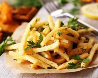 Frites sans friteuse cuites au four : http://www.fourchette-et-bikini.fr/recettes/recettes-minceur/frites-sans-friteuse-cuites-au-four.html