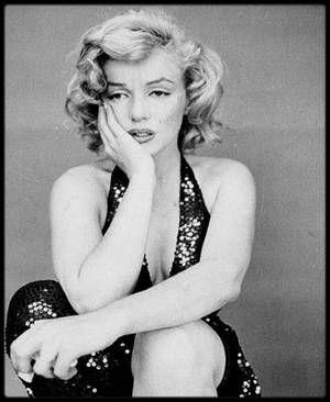 """6 Mai 1957 / Richard AVEDON raconte le déroulement de la séance photos : """"Pendant des heures, elle a dansé, chanté, flirté et elle a joué à être -elle a été- Marilyn MONROE. Et puis il y eut la chute inévitable. Et quand la nuit fut finie, elle s'est assise dans un coin comme une enfant, vide. Je la voyais s'asseoir tranquillement, sans expression sur son visage, et je me dirigeais vers elle, mais je ne voulais pas la photographier à son insu. Et comme j'arrivais avec l'appareil, j'ai vu…"""