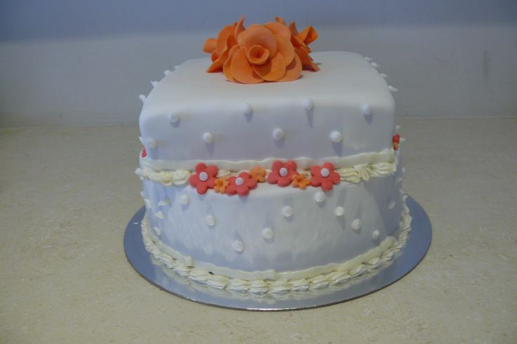 Elegant and just perfect! For that special day, this cake is modern, with the two shape design, topped with delicate flowers that look divine! www.glutenfreecakenation.com.au