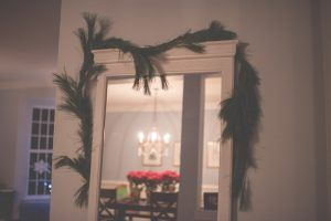 Un grande specchio, posizionato sapientemente al centro della stanza, da una parte riflette la stanza e ne ingrandisce apparentemente le dimensioni, dall'altra riflette la luce – sia naturale che artificiale – riempiendo la stanza più luminosa e facendola apparire più grande.