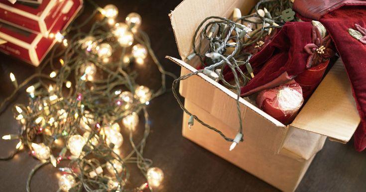 Cómo colgar luces de navidad en una pared. Las luces navideñas son una decoración multiuso para festejos. Puedes encontrarlas en árboles de navidad, afuera en los arbustos, bordeando los aleros de las casas o hasta cubriendo el césped. Si estás usando luces navideñas para decorar, podrías encontrarte teniendo que añadir el cable en una pared plana que no posea una superficie en la cual ...