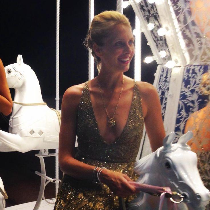 Non potevano mancare i cavalli, bianchi ovviamente!!! #merrygoround#valentino#gold
