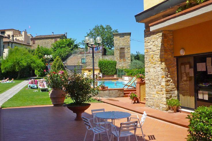 Description: Kleine ?residenza? in het gezellige centrum van San Donato in Poggio absoluut de moeite waard!  In het hart van Toscane Bij Toscane denk je vaak aan agriturismo?s in het prachtige glooiende landschap maar je kunt ook voor iets anders kiezen. La Pieve is hiervan een prachtig voorbeeld gelegen aan de rand van het kleine historische San Donato in Poggio middenin Toscane.  In het oude centrum La Pieve is een oude weverij waar op de bovenste etage de weefgetouwen stonden en onder het…
