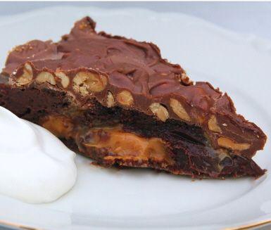 """Kladdkaka eller godis? Både och! Den hemliga ingrediensen i själva kakan är karamelliserad mjölk, eller dulce de leche som det också heter. Med topping av chokladbitar från Center, mjölkchoklad och salta jordnötter blir det en kladdkaka med snickers på riktigt – kladdigt, krispigt, sött och salt i en salig chokladig blandning med inslag av kola. Tips på fler <a href=""""http://www.ica.se/recept/kladdkaka/"""">kladdkakor </a>."""