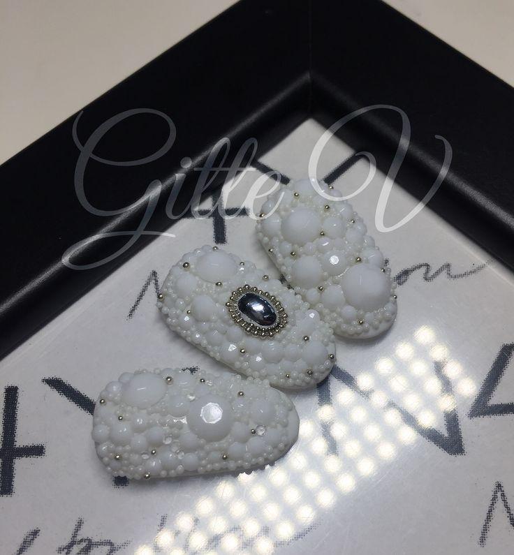 Hvide negle med hvide diamanter nail art beads og sølv sten. Boble nails in wedding White nail art