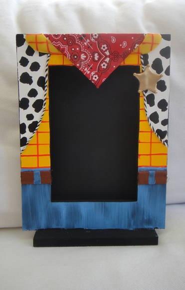 Esta versão com lenço em tecido estampado e com o acréscimo da estrela de sherif em biscuit!!!  Porta retrato tamanho tradicional em madeira MDF, pintado com tinta PVA nas cores correspondentes aos personagens do desenho Toy Story.