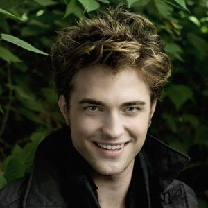 Desi a devenit faimos pentru ca a jucat rolul unui vampir in varsta de 107 ani, de fapt, Robert Pattinson s-a nascut pe 13 Mai 1986, in Londra, Anglia. Tatal lui era un importator de masini de lux iar mama lui a lucrat intr-o agentie de modeling.  Nascut pe 13 mai 1986, in Zodiacul european este Taur, iar in Zodiacul chinezesc: Tigru.