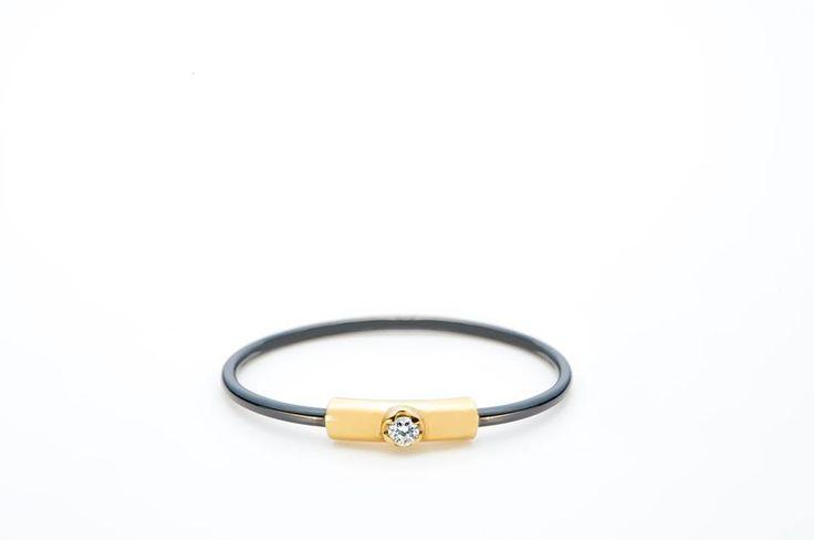 Este, foarte probabil, unul dintre cele mai fine și mai originale inele de logodnă pe care le veți găsi pe piață: #tantal, #aur și #diamant.  #Sabion #romania #jewelry #tantalum #gold #ring #special #collections #diamond