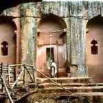 Le chiese scavate nella roccia a Lalibela Il gruppo di 10 cappelle di rito ortodosso scolpite nella roccia vulcanica, alcune delle quali sono alte 15 metri, si trova nel cuore delle montagne d'Etiopia. La tradizione locale sostiene che esse  #angeli #archeologia #arte #dio #etiopia