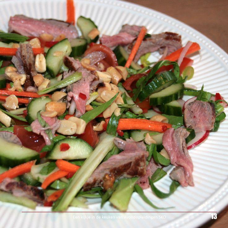 Recept voor Thaise beef salade met o.a. tournedos, wortels, radijs, komkommer, cherry tomaatjes, baby paksoi en gezouten pinda's.