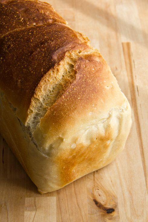 """Ein kleiner Nachzügler in Sachen Februarbrote der Mellow Bakers: das """"Toast Bread"""" aus dem Buch von Jeffrey Hamelman. Es kommt ohne Vorteig oder sonstige Raffinessen aus. Einfach nur Zutaten kneten, warten, falten, warten, formen, warten und backen, fertig. Entsprechend unspektakulär schmeckt es. Getoastet allerdings ist es ein aromatischer Erfolg. Die Krume feinporig, die Kruste dünn Weiterlesen..."""