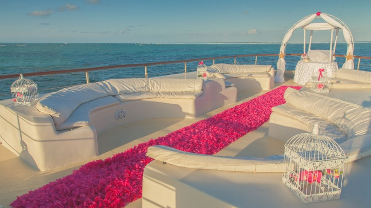 The Punta Cana coast provides the amazing backdrop for this is an amazing aisle for a romantic and intimate wedding ceremony on the sea.