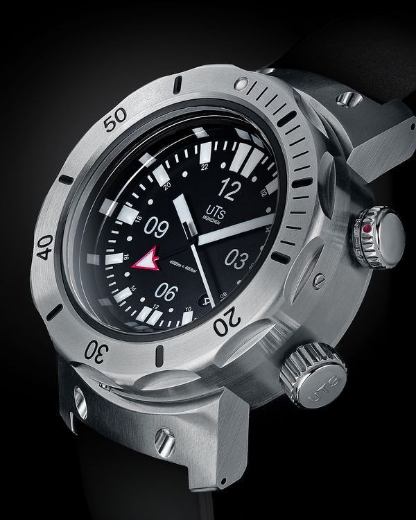 UTS 4000 metre Dive watch....who goes to 4000 m when diving? We don't care it's a cool watch!