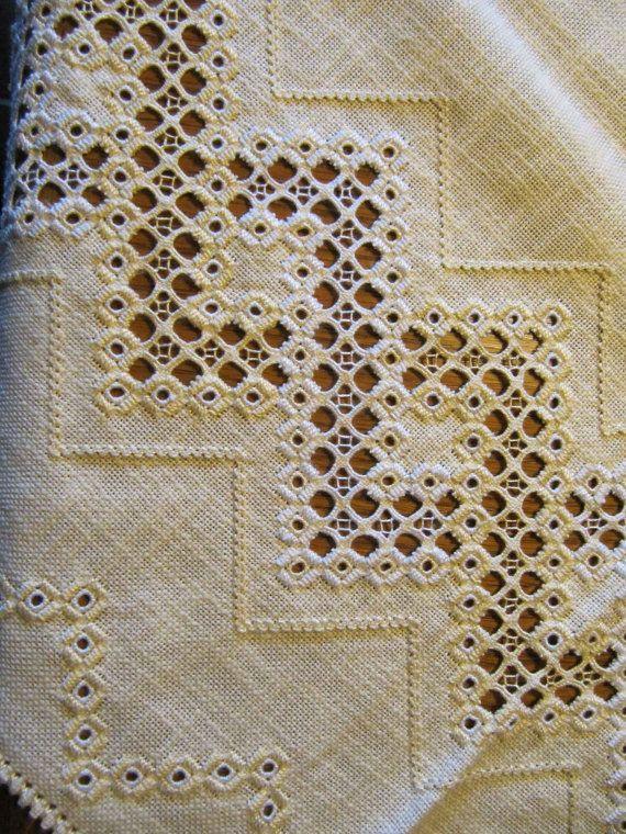Tovaglia quadrata realizzata in ricamo di Hardanger intaglio da un unico pezzo di tessuto giallo. Designe caratteristiche elegante intrecci bordi lavorati a filo bianco e giallo. Dimensioni: 122 x 122 cm
