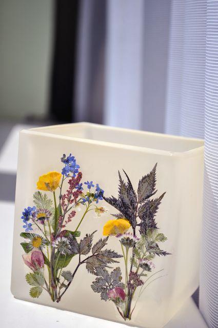 Szklany lampion z suszonymi kwiatami na tealights Yankee Candle Aloe Water :-) Handmade wykorzystane rośliny: jaskry, niezapominajki, szczaw itd.