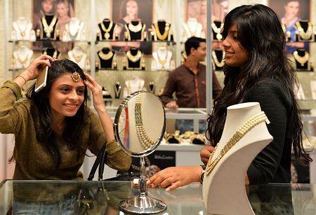 金の装飾品を選ぶインドの女性=2015年2月、南部バンガロールBangalore ಬೆಂಗಳೂರು Bengaluru(AFP=時事) ▼10Mar2015時事通信 北朝鮮、バングラに謝罪=外交官の金塊持ち込み http://www.jiji.com/jc/zc?k=201503/2015031000060