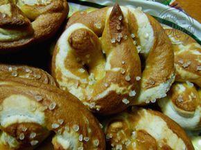 Breztel pane classico della cucina tedesca, dal colore ambrato e dal sapore e forma particolare cosparsi di sale grosso, senza soda caustica.