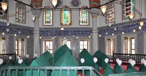 Sultan III. Murad Türbesi | Ayasofya Müzesi-Sultan III. Murad Türbesi, 1599 yılında Mimar Davud Ağa ve yardımcısı Dalgıç Ahmet Ağa tarafından, III. Murad'ın 1595 yılında ölmesinden 4 yıl sonra, II. Selim ve Şehzadeler Türbesi arasına inşa edilmiştir.  III. Murad Türbesi, altıgen planlı, çift kubbeli, dıştan mermer kaplı ve ön tarafta revaklı bir bölümü bulunan en büyük Osmanlı türbelerinden biridir. Türbe, dıştan sade görünümlü, içte ise 16. yüzyıla tarihlenen mercan kırmızısı renkteki İznik…