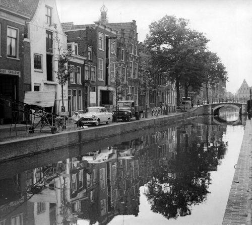 Haarlem, De Bakenessergracht 1963. links langs het water is een kunst schilder aan het schetsen.