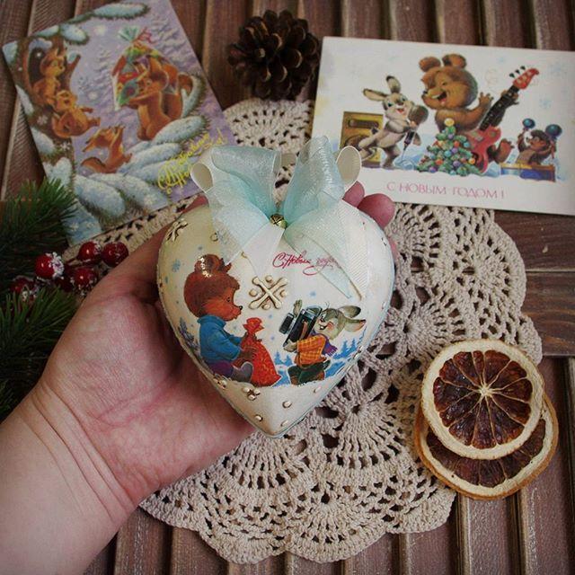 Дарю вам новогоднее 🎄 сердечко, а мне в ответ пальчиком дважды по экрану 😉❤  Перевоплощение советских открыток в елочные украшения. В чем прелесть распечаток - любая картинка, размер - практически на любую поверхность 👍  Кому символы года не столь актуальны, кто хочет ностальгии и воспоминаний о детстве 😍🍊🍬 Можно украсить ёлку вот такими сердцами.