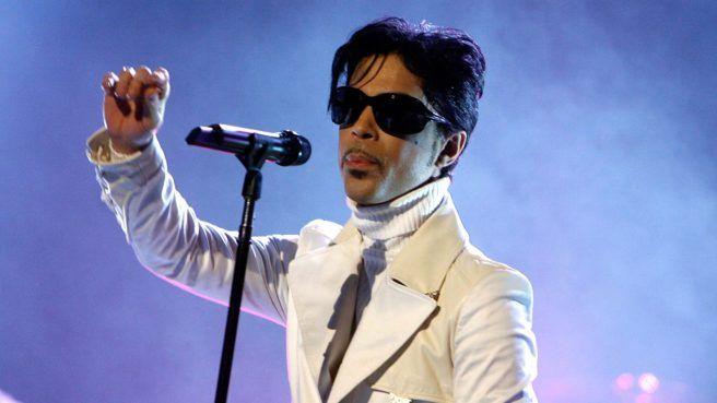"""Prince live bei den """"NCR ALMA Awards"""" im Jahr 2007-Innerhalb weniger Stunden war der Großteil der Tickets für das offizielle Tributkonzert ausverkauft, weniger als drei Tage später die gesamte Veranstaltung.  Am Montag, den 19. September 2016, begann in den USA der Verkauf der begehrten Tickets für das offizielle Prince-Tributkonzert am 13. Oktober 2016. Via Ticketmaster konnten die Karten für das Megaevent im Xcel Energy Center in Minnesota erworben werden."""