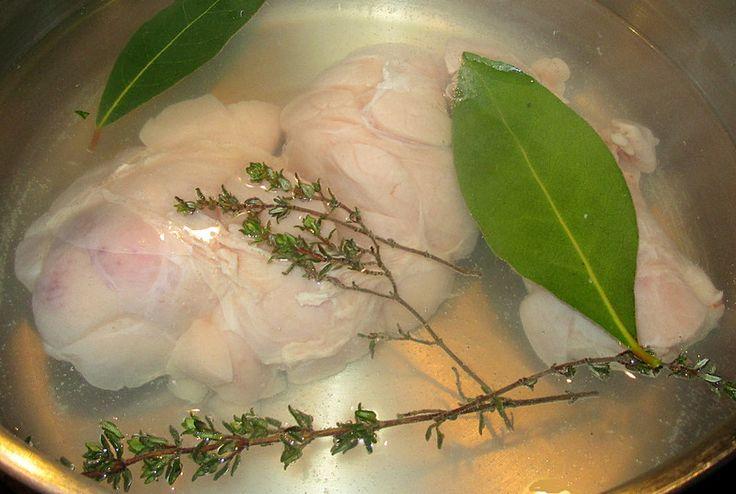 Le Ris de Veau est une denrée très prisée et chère ---> il faut donc bien la préparer pour ne pas la gâcher .... . Ingrédients :.     Ris de Veau.     Thym.     Laurier. Préparation :. - Nettoyer le ris de veau en retirant les impuretés visibles (nerfs,...