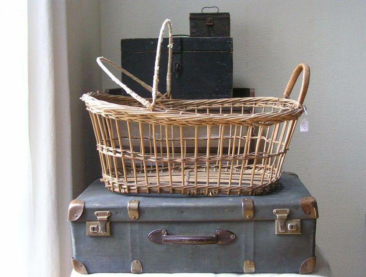 oude kistjes, rieten popen wieg, blauwe koffer