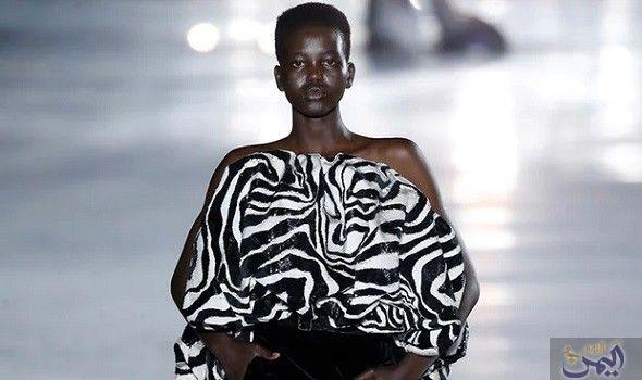 عارضة الأزياء الأسترالية أدوت أكيش تجذب الأنظار في Fashion Strapless Top Women S Top