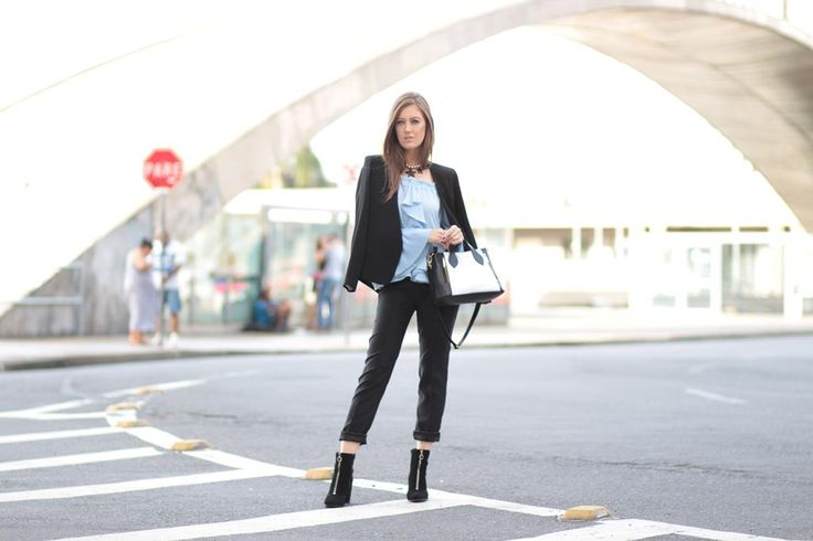 Blazer clássico Unique com laço nas costas, calça reta e bolsa Donna Guerriera