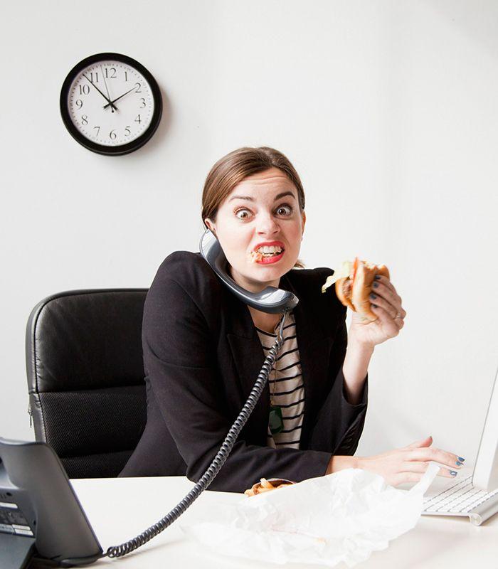 Difficile seguire una dieta o mangiare in modo equilibrato se pranzi al bar. Ecco cinque facili piatti da portarti al lavoro per un pasto completo e salvalinea