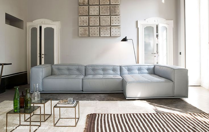 """Azzurro polvere per il rivestimento in pelle del divano e il soggiorno """"austero"""" si illumina."""