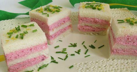 Carino carino questo antipasto!! Ingr: 3 fette di pane bianco per tramezzini 200 gr: di robiola 1 barbabietola ro...