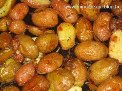Régebben furán néztek rám a hipermarketek zöldséges standján, amikor a friss újkrumpli közül válogattam ki a legapróbbakat. Most azonban találtam már direkt hálós kicsi szemű mogyoró krumplit.Hozzávalók:1 kg pici kerek újburgonyaolajrozmaring, kakukkfű (és amilyen…